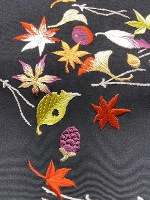 半衿 刺繍 吹き寄せ 黒地 ポリエステル 松葉 落ち葉 どんぐり 和装小物 ※販売のみ