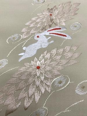 半衿 刺繍 菊と兎 ポリエステル うさぎ ベージュ 和装小物 ※販売のみ