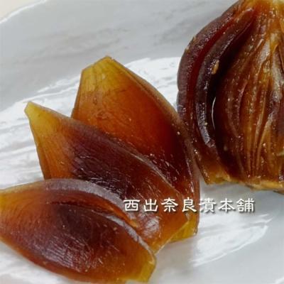 国産 たまねぎ奈良漬 紙包  -  淡路島産の小ぶりな玉葱を丸ごと熟成。サクサクした食感。甘さ控えめで少し濃いめの奈良漬