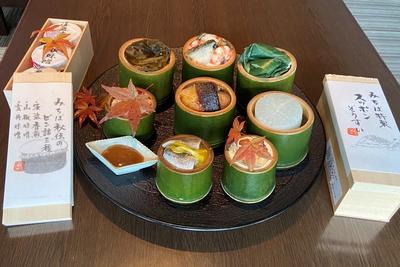 ろくさん亭特製旬のオードブル八種竹筒盛りとすっぽん雑炊、三種のふりかけ、タレ
