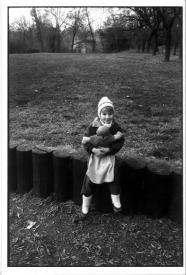 ハービー山口 ポストカード人形を抱く少女 BUDAPEST 1989