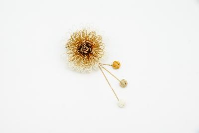 万寿菊のコサージュかんざし・白ゴールド