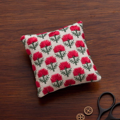 No.2311 ルシアン 地刺し 四角いピンクッション 赤いアザミの花