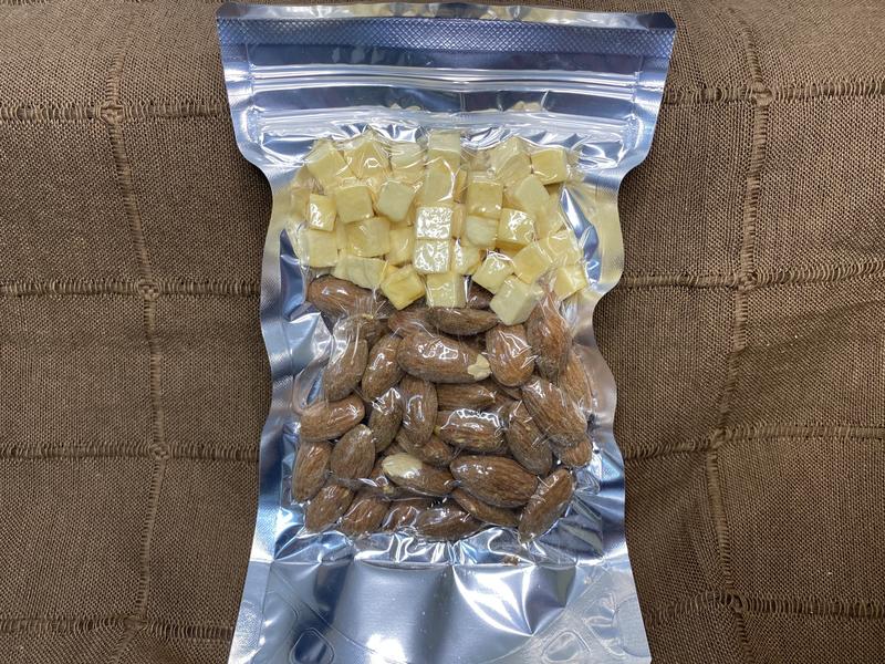 フリーズドライチーズ入り燻製アーモンド(有塩) ※組み合わせにもよりますが目安として11個以上から送料が上がります。