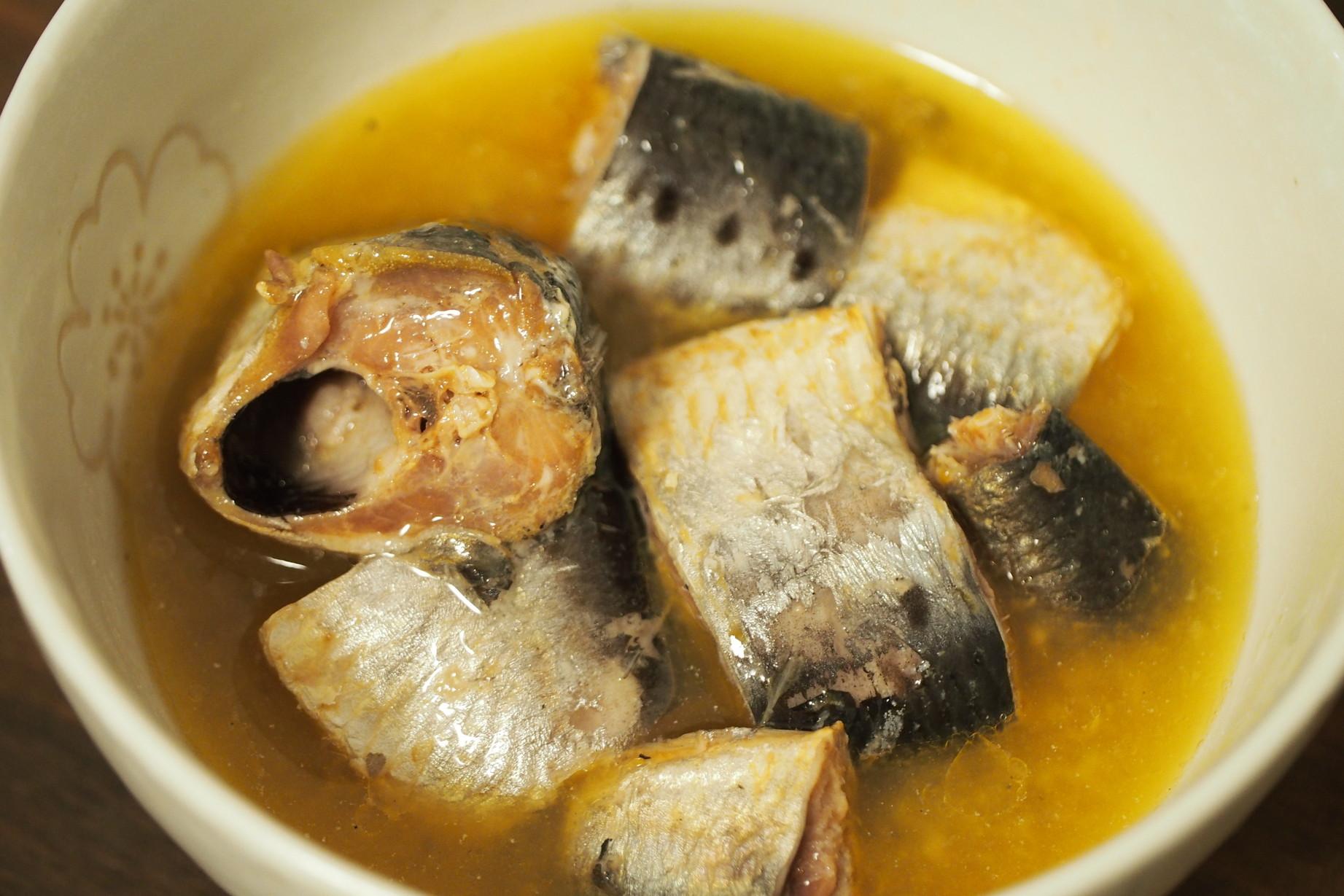 丸水札幌中央水産 脂のりが自慢のいわし水煮 お皿に盛り付け