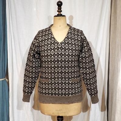 アジャスタブルコスチューム×ジェミーソンズ プリンス オブ ウェールズ タイプ ニット ウェア 3 ポケット付きVネックセーター