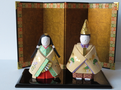 32) 奈良一刀彫 立雛 春秋(高さ16センチ)