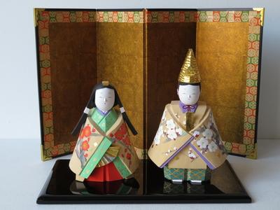 33) 奈良一刀彫 立雛 紅白梅(高さ16センチ)