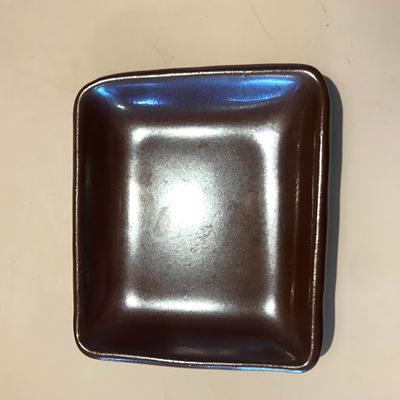カエルの水浴び池 陶器(茶四角小皿)