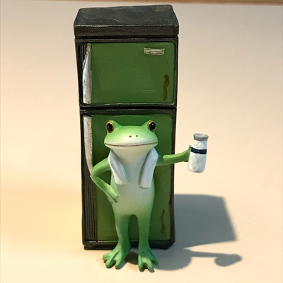 コポー レトロ冷蔵庫とカエル