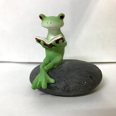 コポー 読書するカエル