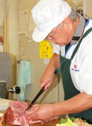 井畑博明:肉を捌く様子