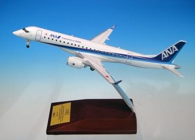 MRJ90 ANA 塗装 木製台座つき    名古屋空港RWY34ベース付