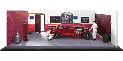 クラシックガレージ  「軽快なエンジンで数々のレースに勇名を馳せたアルファロメオ 6C 1750 GSの点検を再現しているガレージ風景です。ガレージの扉は開閉できます。」