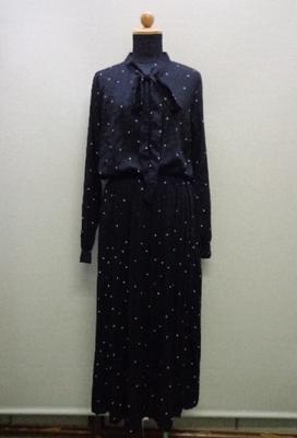 襟元リボン付きドット柄ワンピース プリーツスカート ブラック(XL)