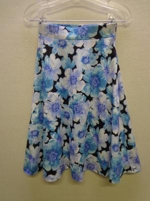 GRL グレイル 膝丈サーキュラースカート 花柄 ブラック&ブルー系(M)