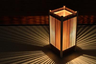 影が美しい和風フロアランプ 伝統的な組子技術の行灯