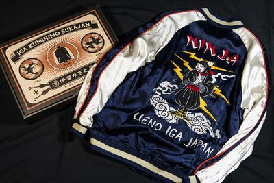 袖を飾る伝統工芸「組紐」がユニーク 伊賀くみひもスカジャン「猫忍者」