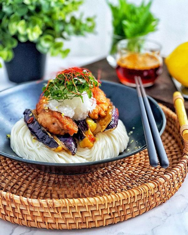 鶏だしから揚げとナスのレモン香る揚げびたしのピリ辛ぶっかけ素麺