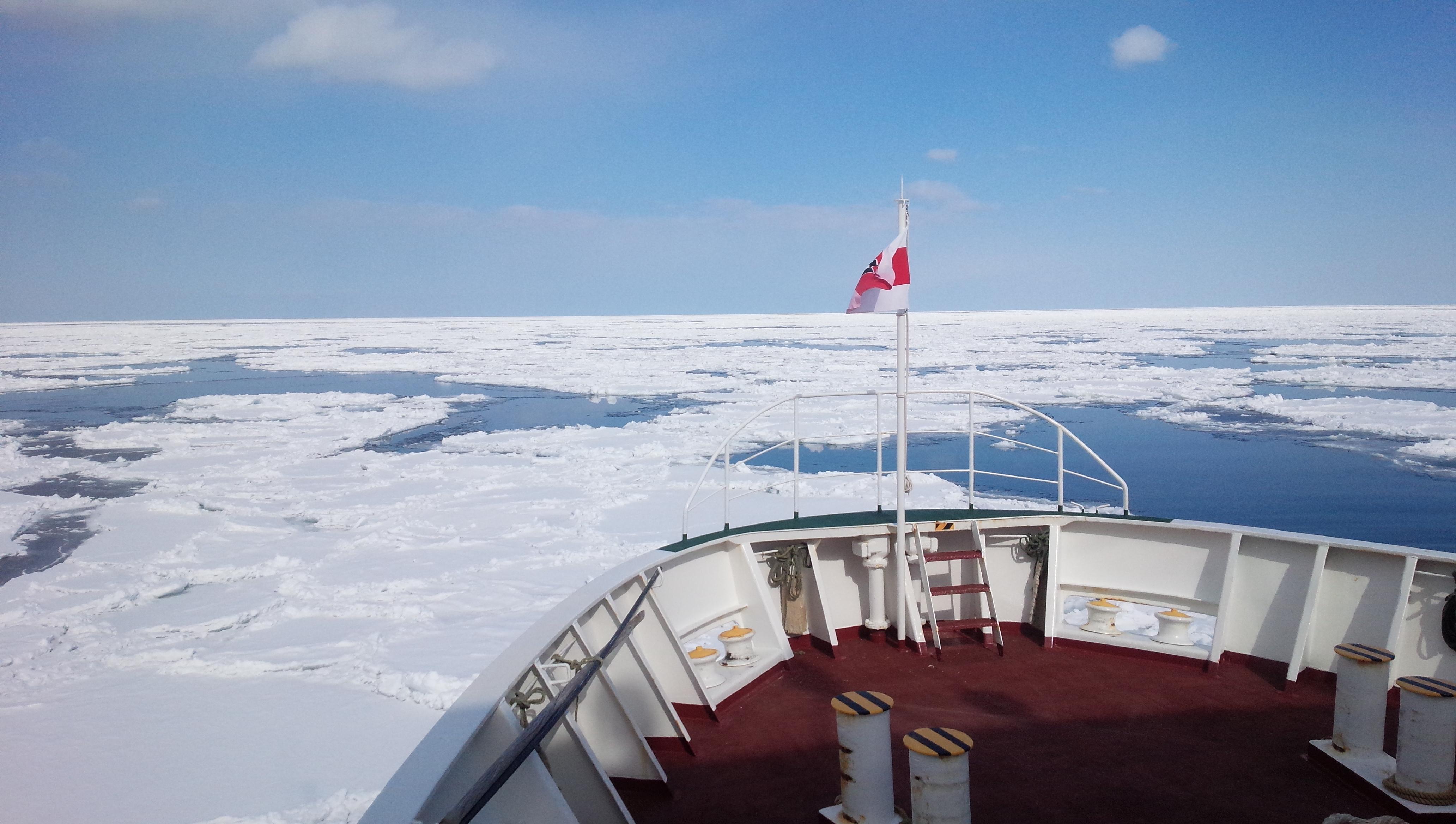 オホーツク海の流氷(砕氷船)