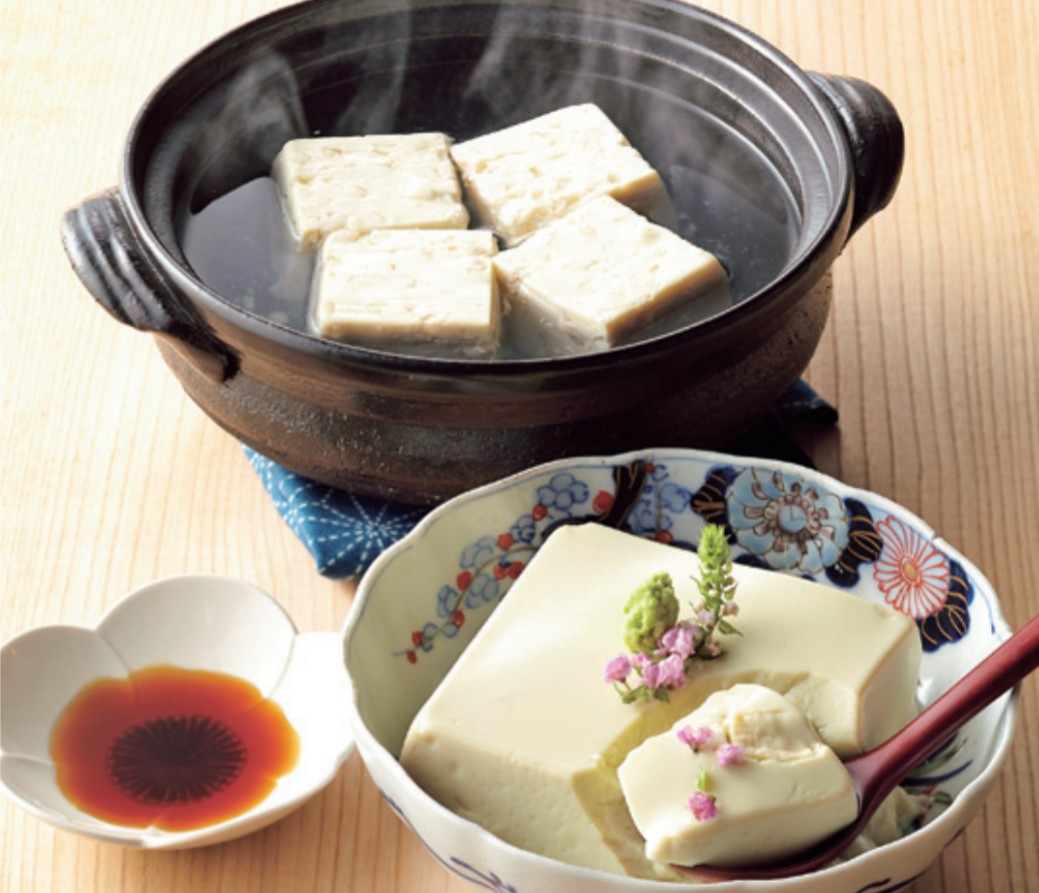山芋とうふの湯豆腐と青大豆とうふの冷奴
